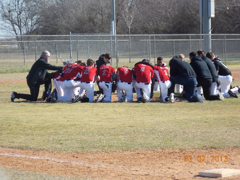 Diablos praying for Isaiah pre-game..